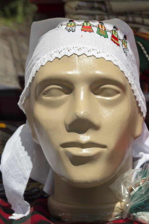 Serviette avec des motifs folkloriques bulgares sur un mannequin Ville de Kyustendil image stock