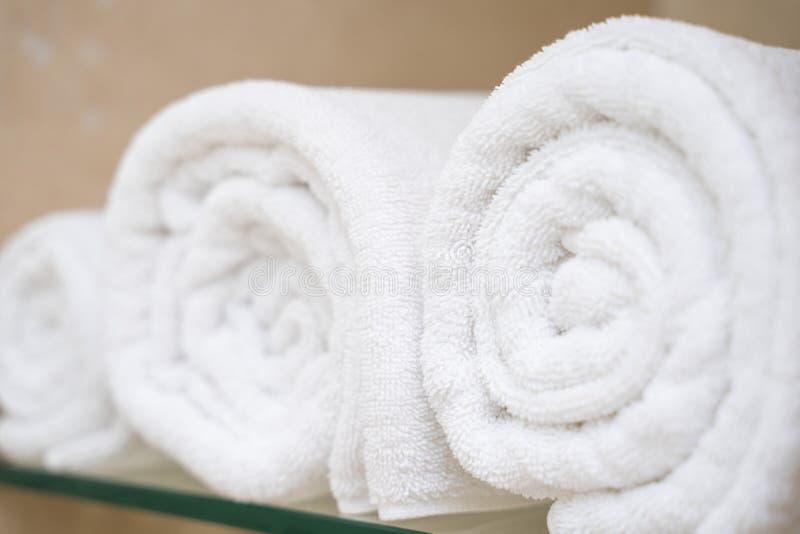 Serviette blanche dans la chambre de douche photographie stock