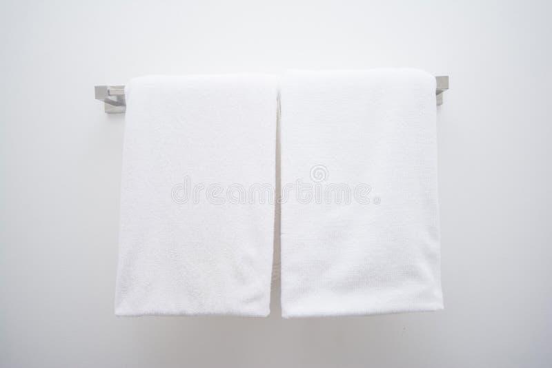 Serviette blanche dans la salle de bains images stock