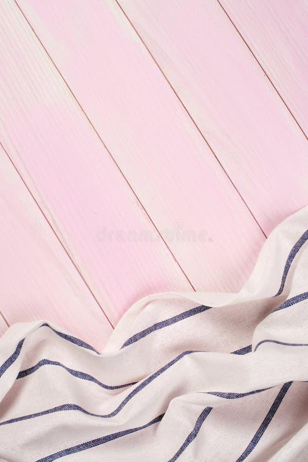 Serviette blanche et bleue au-dessus de table en bois image libre de droits