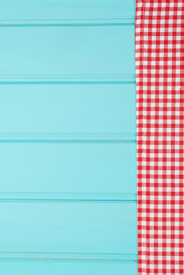 Serviette blanche et rouge au-dessus de table en bois photographie stock