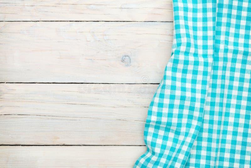 Serviette bleue au-dessus de table de cuisine en bois images libres de droits