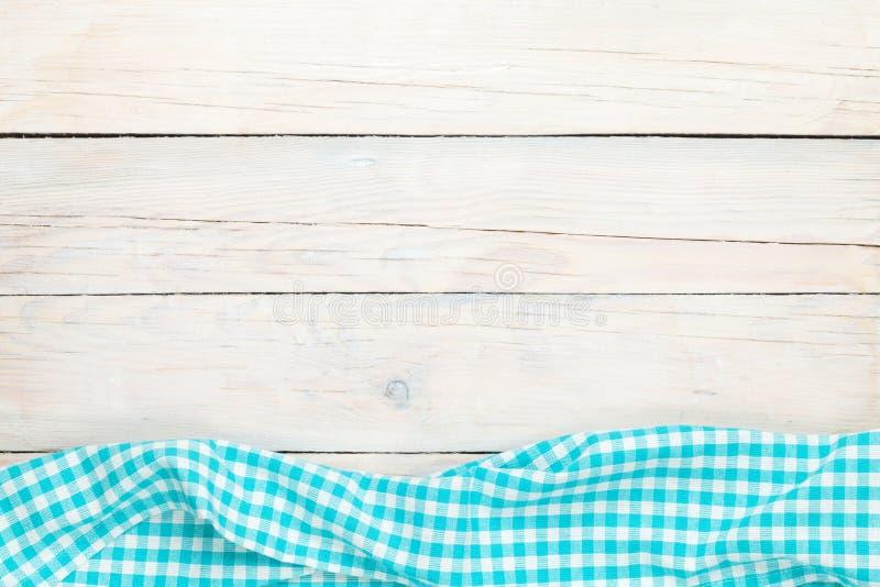 Serviette bleue au-dessus de table de cuisine en bois images stock