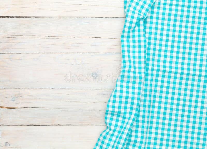 Serviette bleue au-dessus de table de cuisine en bois image libre de droits