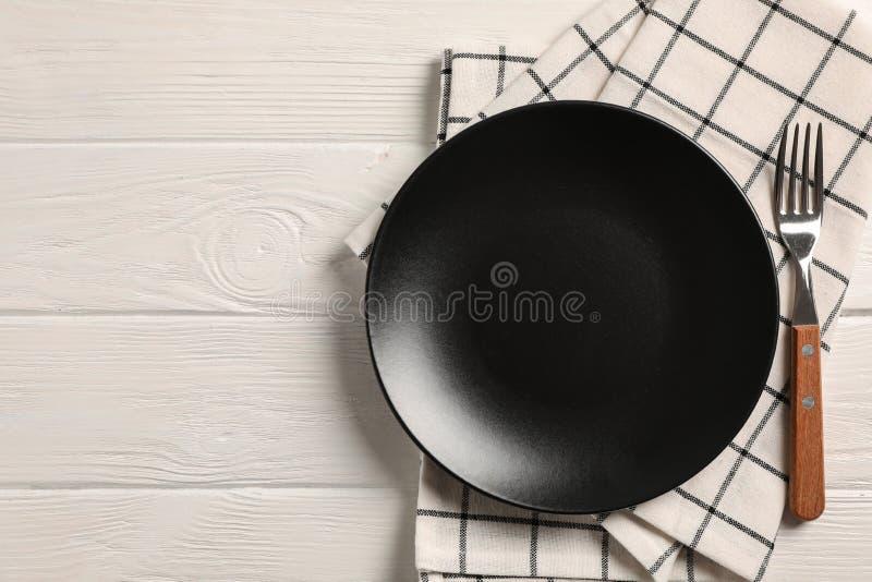 Serviette de cuisine avec des couverts sur le fond en bois photos libres de droits