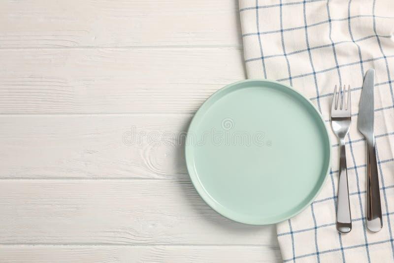 Serviette de cuisine avec des couverts sur le fond en bois photos stock