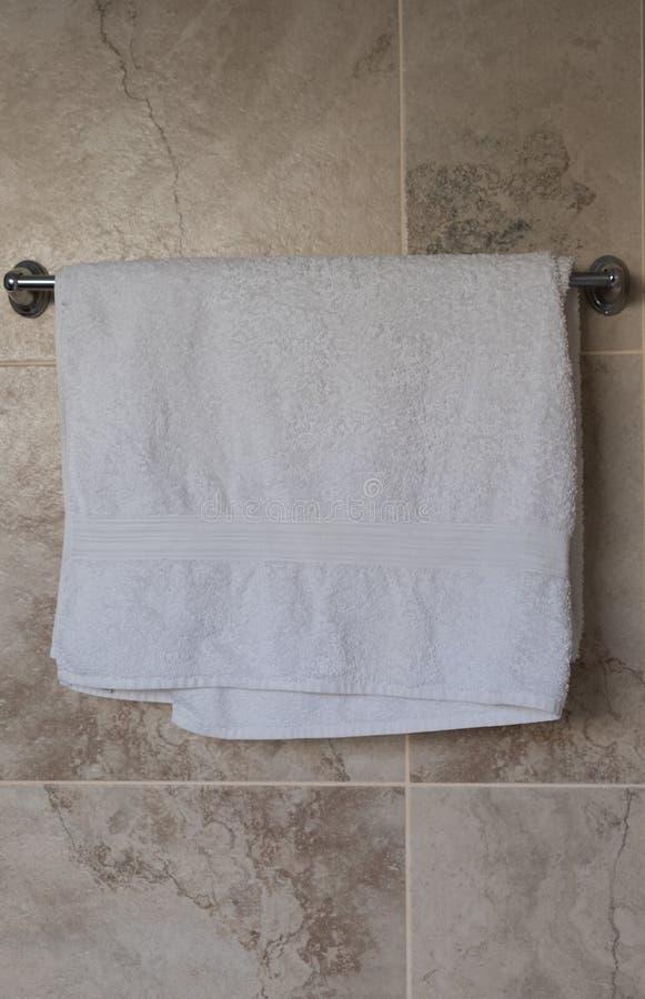 Serviette de salle de bains accrochant sur un rail images stock