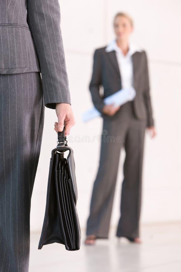 Serviette de transport de femme d'affaires photos stock