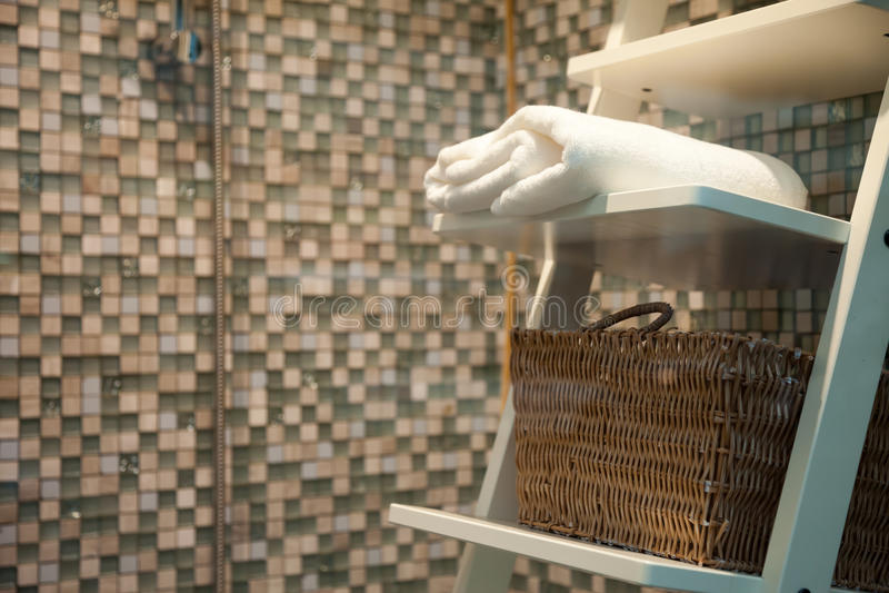 Serviette et panier blancs dans la salle de bains image libre de droits