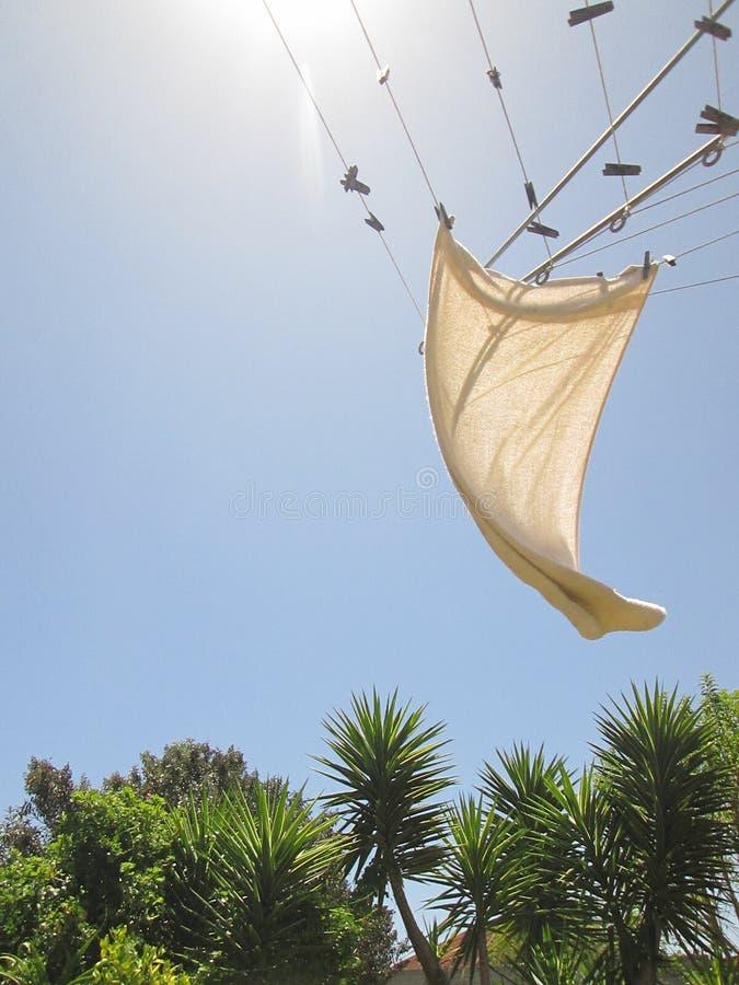 Serviette ondulant dans le vent photographie stock libre de droits