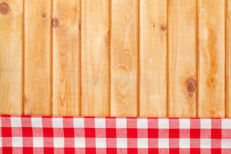 Serviette rouge au-dessus de table de cuisine en bois photographie stock libre de droits