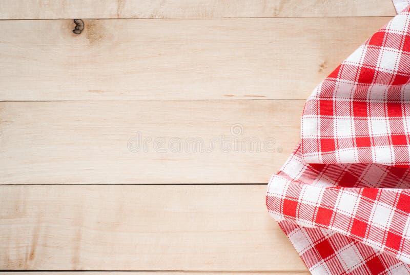 Serviette rouge au-dessus de table de cuisine en bois photographie stock
