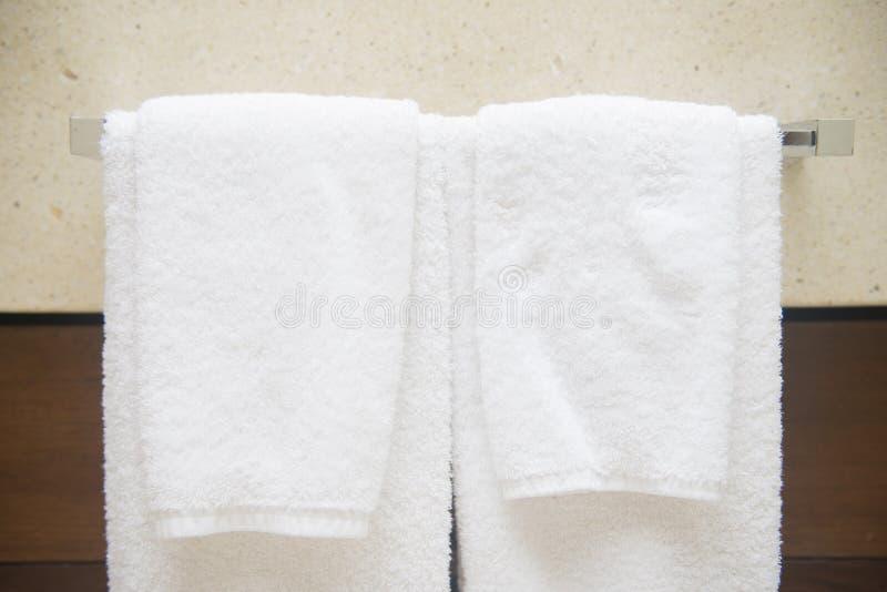 Serviette sur le cintre dans la salle de bains images libres de droits