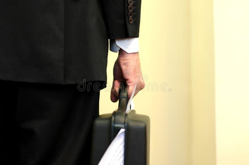 Serviette surchargée par participation d'homme d'affaires image libre de droits