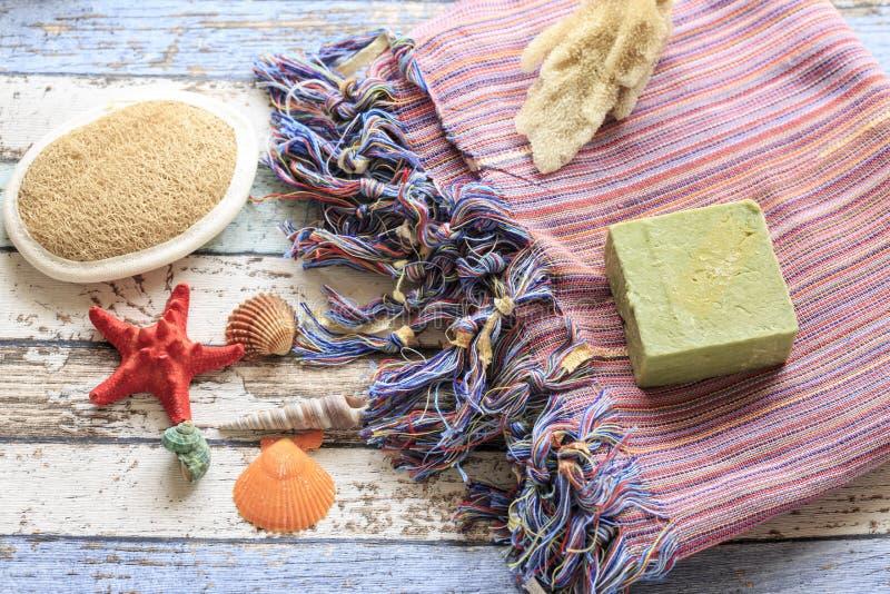 Serviette turque peshtemal avec les coquillages, l'éponge, le savon naturel, et la brosse image stock