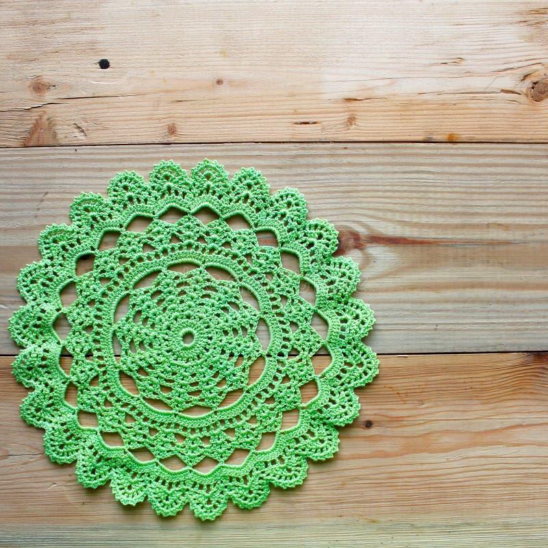 Serviette verte à crochet sur le fond en bois images libres de droits