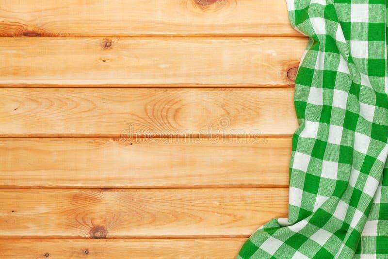 Serviette verte au-dessus de table de cuisine en bois photo libre de droits