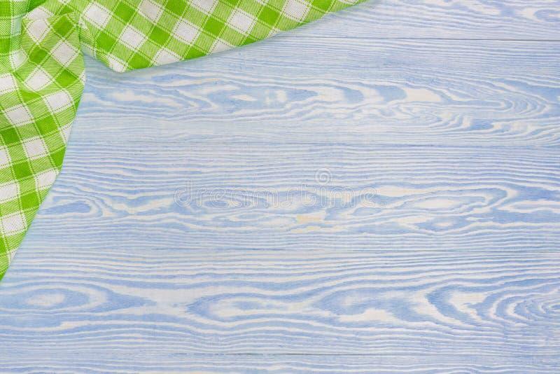 Serviette verte au-dessus de table de cuisine en bois Vue de ci-dessus avec l'espace de copie image libre de droits