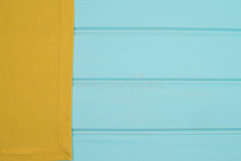 Serviette verte au-dessus de table en bois photographie stock