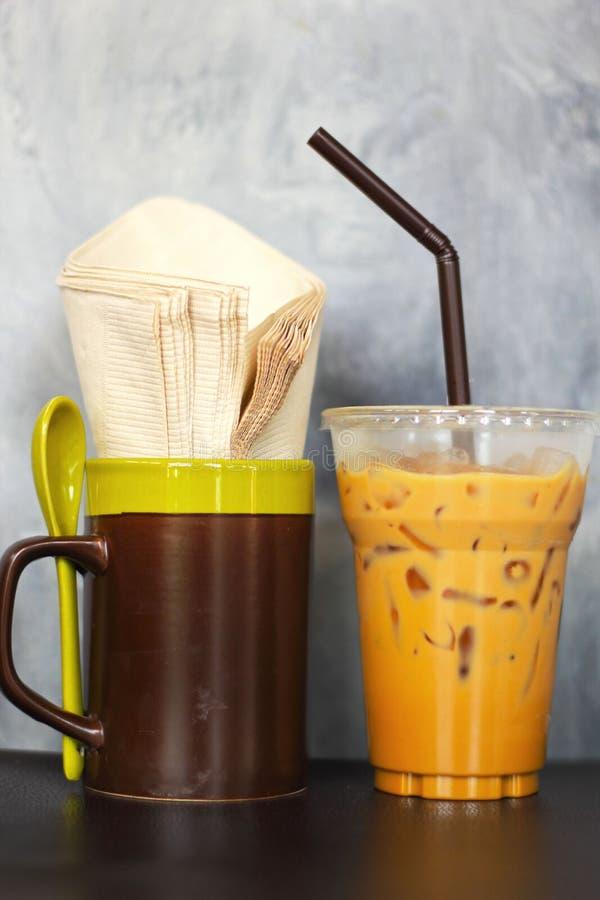 Servietten gefrorene Kaffee und des Seidenpapiers. Im Glas. lizenzfreies stockbild