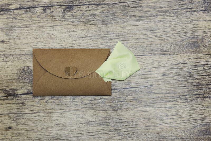 Serviettenstöcke aus dem Umschlag heraus Vertikaler Fotoschuß lizenzfreies stockbild
