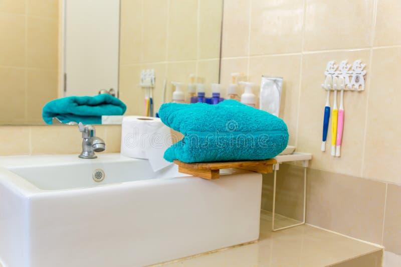 Serviettes bleues sur la baignoire photographie stock libre de droits