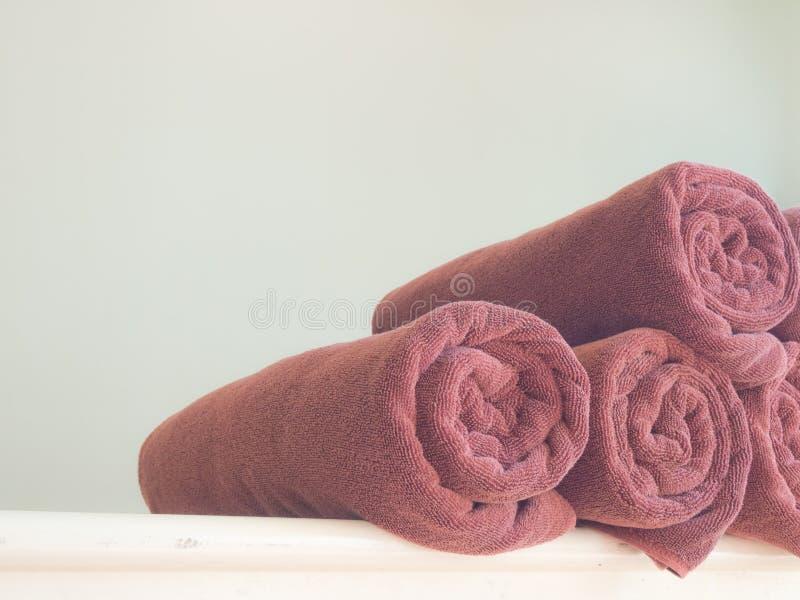 Download Serviettes brunes roulées image stock. Image du lumineux - 76082603