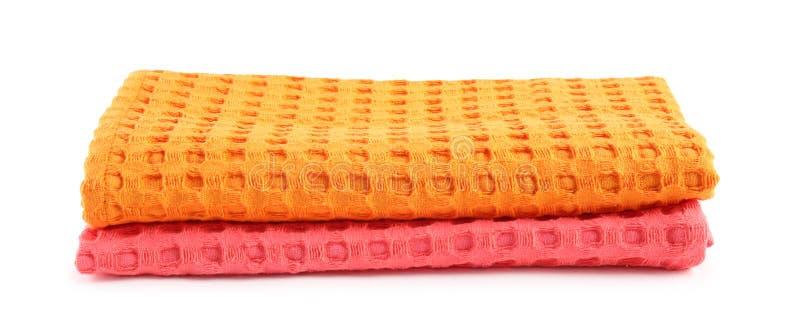 Serviettes de cuisine colorées pliées sur le blanc photos stock