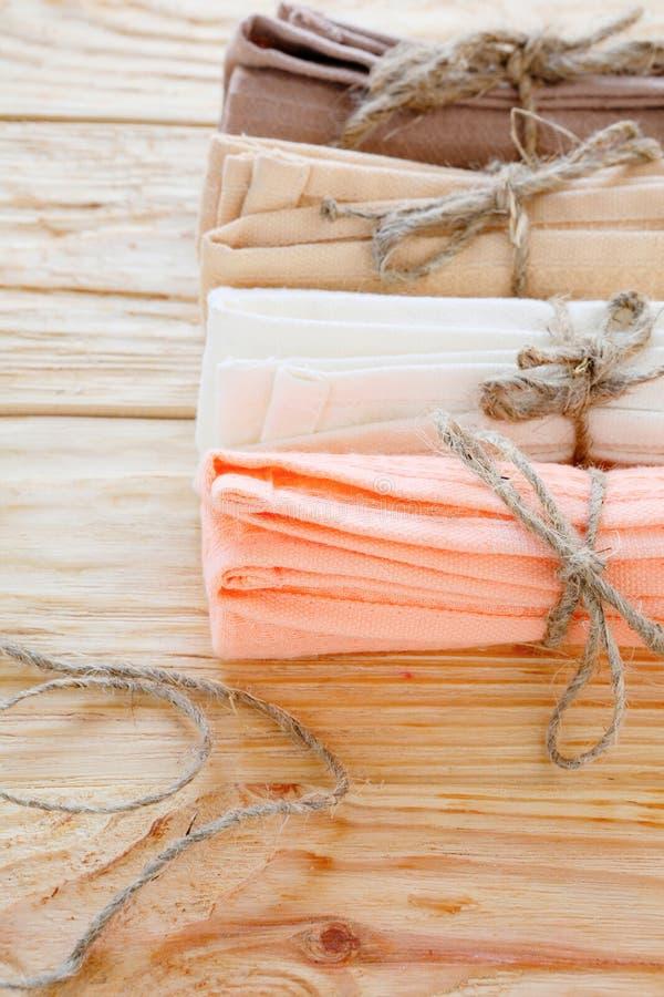 Serviettes de cuisine de coton attachées avec la ficelle image stock