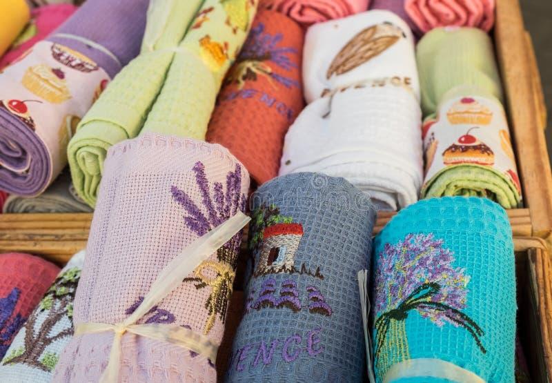 Serviettes de souvenir avec l'ornement vendu au marché local de ville La Provence images stock