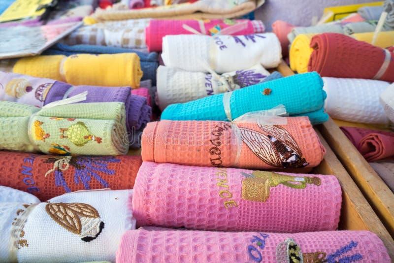 Serviettes de souvenir avec l'ornement vendu au marché local de ville La Provence photo libre de droits
