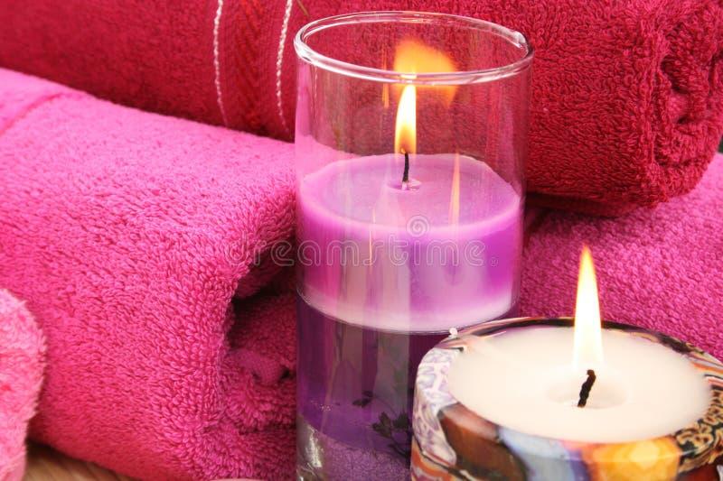 Serviettes et bougies photos stock