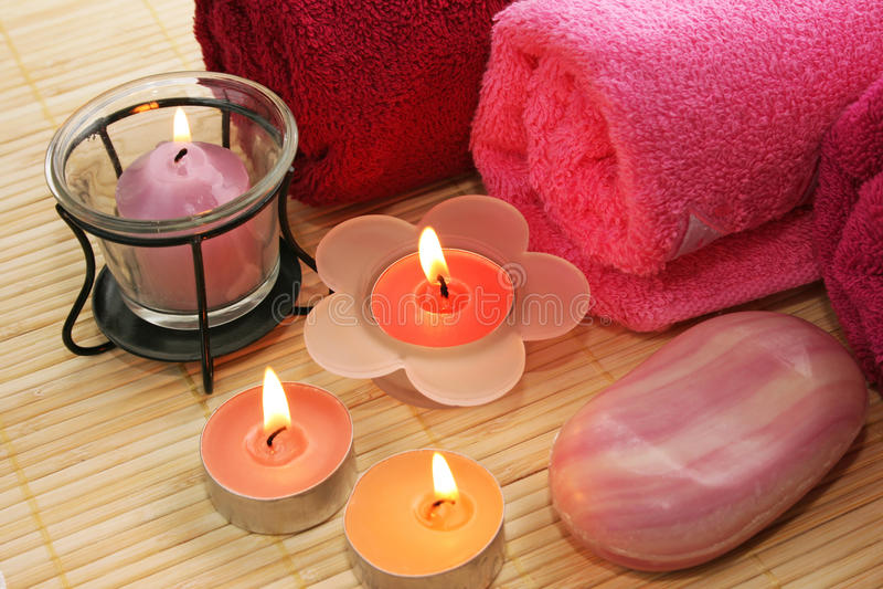 Serviettes, savon, bougies photos libres de droits