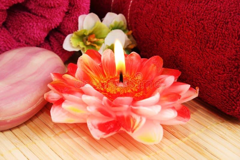 Serviettes, savon, bougie, fleurs photos libres de droits
