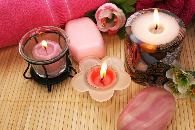 Serviettes, savons, fleurs, bougies photographie stock libre de droits