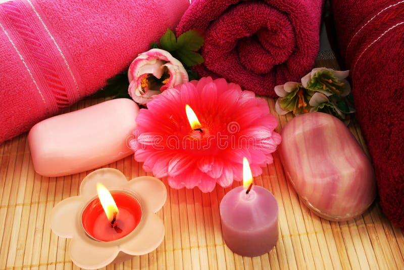 Serviettes, savons, fleurs, bougies photographie stock