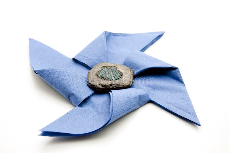 Servilleta azul con la piedra imagen de archivo