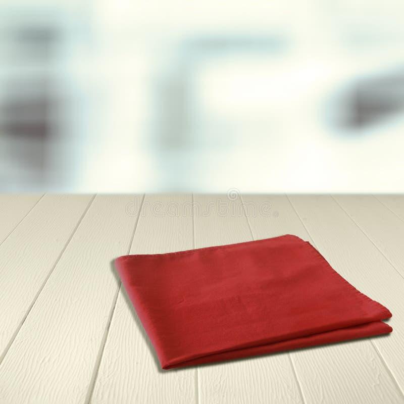 Servilleta roja en un contador de madera vacío imágenes de archivo libres de regalías