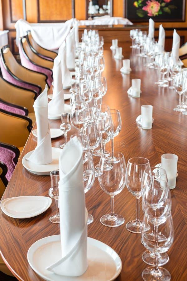 Servilletas de lino en la tabla con el cristal imagen de archivo libre de regalías
