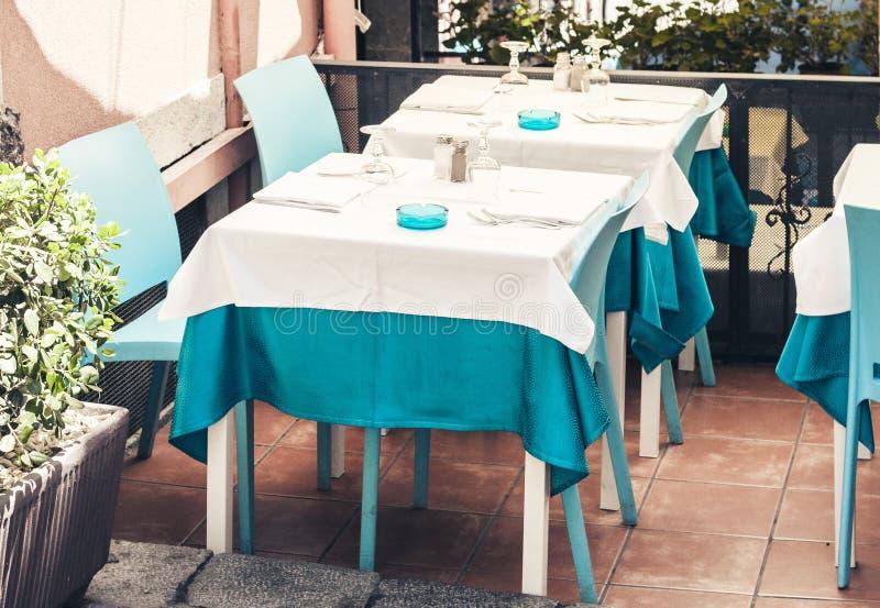 Servindo na tabela no terraço no restaurante em Taormina, Sicília, Itália, ajustando-se para o jantar fotografia de stock