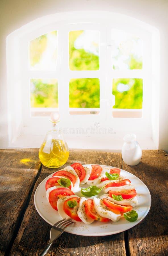 Serving av ost- och tomatsallad fotografering för bildbyråer