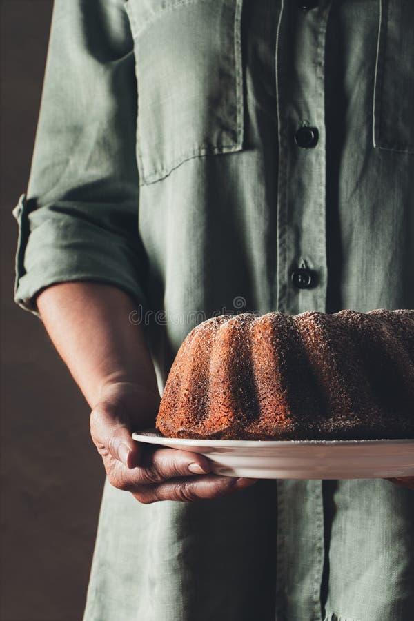 Servir un gâteau de bundt photos stock