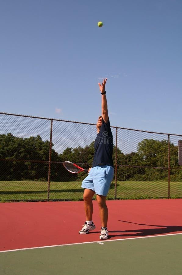 Servir une bille de tennis photographie stock