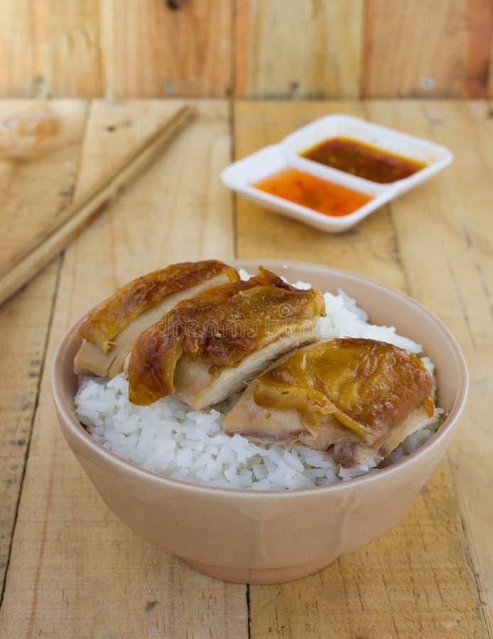 Servire arrostito del pollo su riso con salsa immagine stock libera da diritti