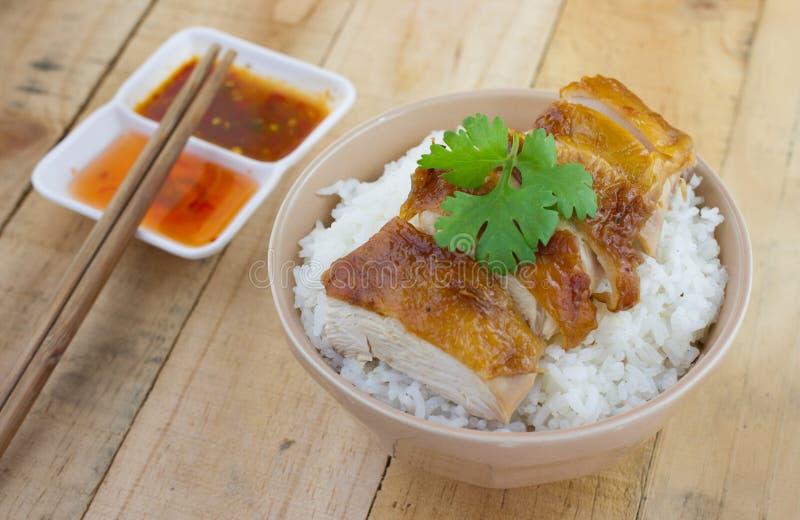 Servire arrostito del pollo su riso con salsa immagini stock
