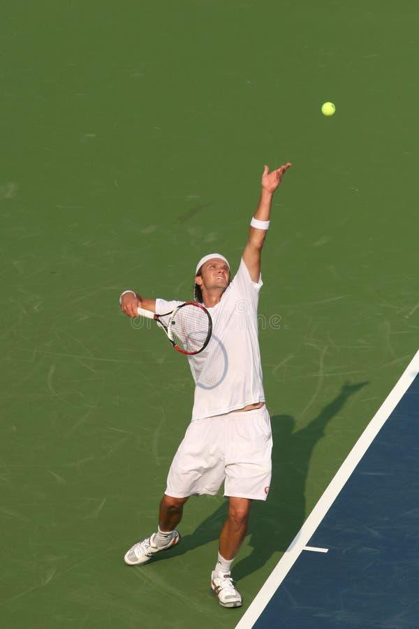 Servire maschio del giocatore di tennis professionale fotografia stock libera da diritti