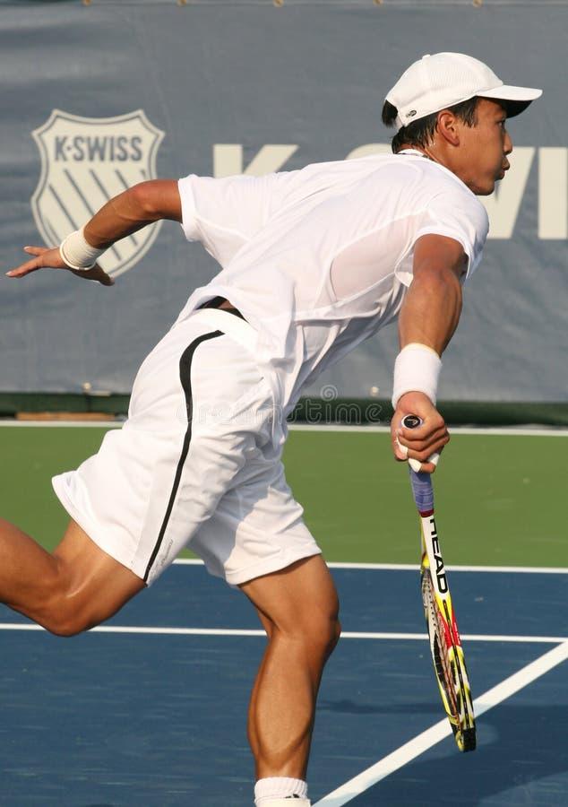 Servire maschio del giocatore di tennis professionale fotografia stock