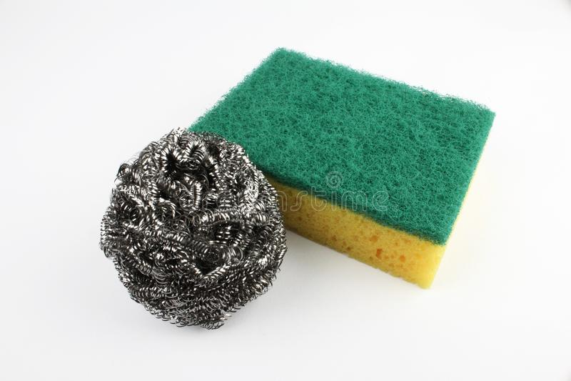 Servisca la spugna di lavaggio con il cavo della lana d'acciaio isolato su fondo bianco fotografie stock