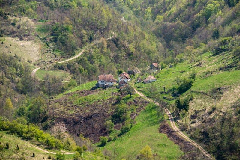 Servisch huishouden op de berg Het oude huis van het dorp Mooie Aard in Servi? stock afbeelding