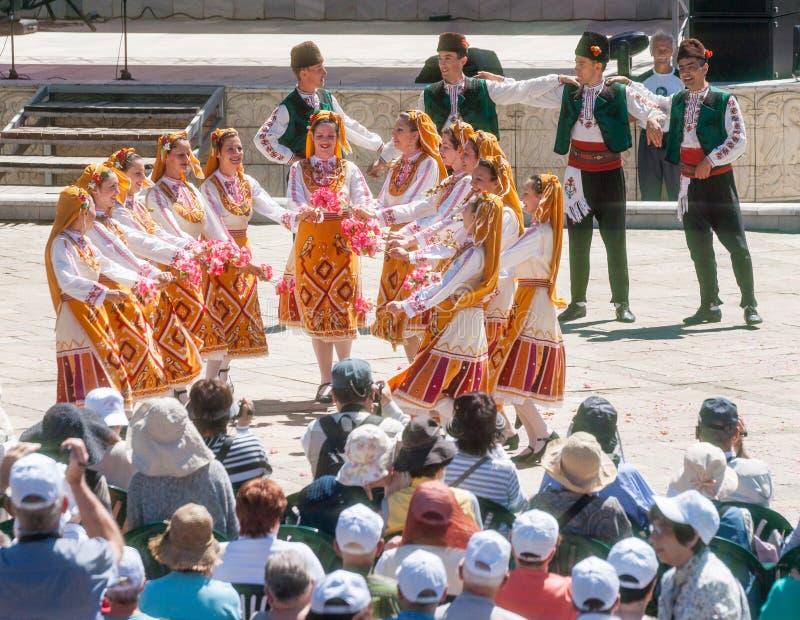 Servische dansers in Rose Festival in het centrale vierkant van de stad van Karlovo in Bulgarije stock foto